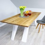 Nieszablonowy stół z drewna litego